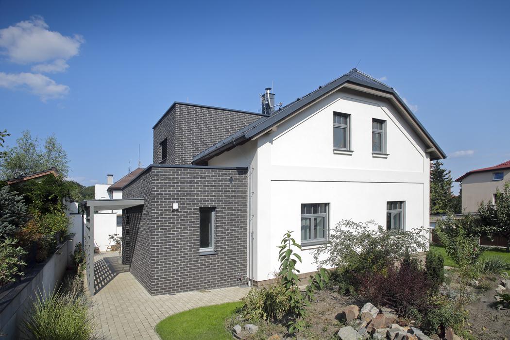 Nazápadní straně byla tvarově zjednodušena přístavba domu, která slouží jako hlavní vchod. Tmavě obložená přístavba je nyní výrazně kontrastní khlavní části domu.