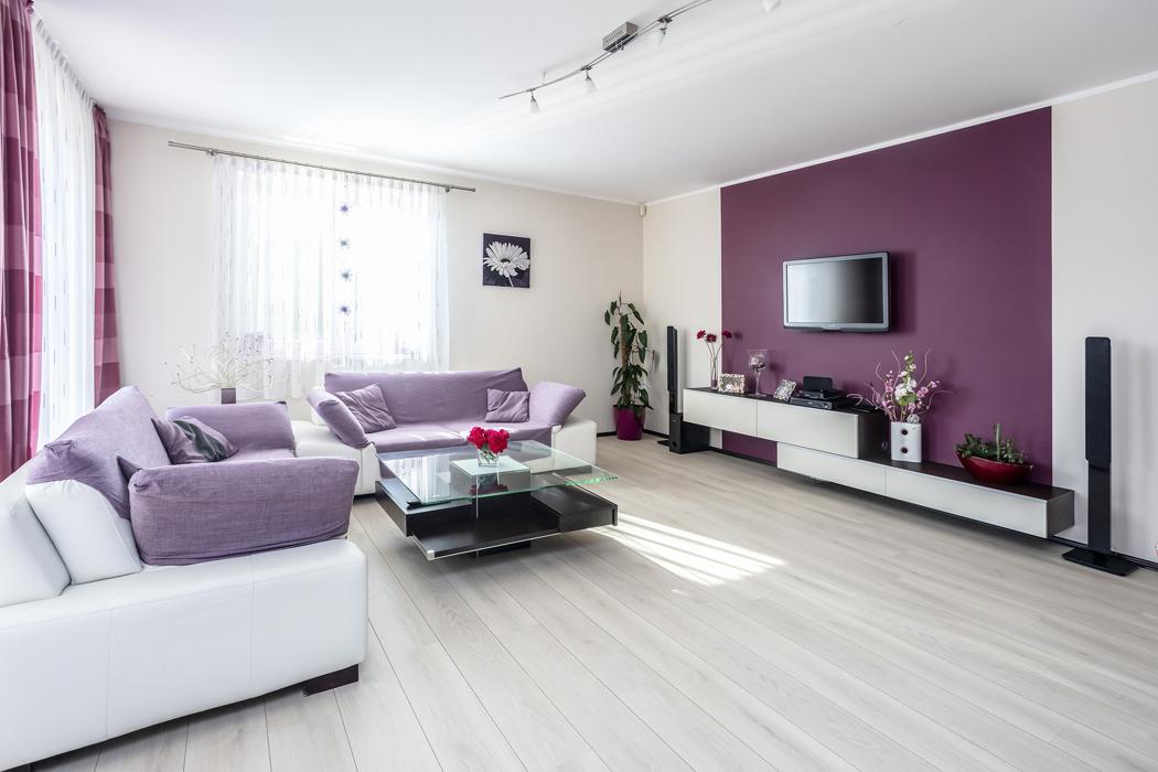 Útulný ráz domu majitelé podtrhli kombinací pastelových barev akvalitních materiálů, zejména keramických dlažeb, nerez oceli adřeva.