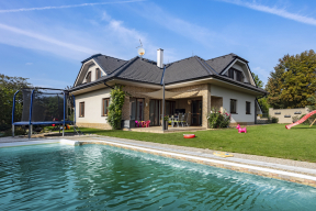 Čtyřčlenná rodina zvýchodních Čech bydlela vřadovém domě, který jim přestal stačit. Při výběru nového bydlení hleděli především napraktičnost, útulnost, úsporný provoz avyvážený poměr nákladů akomfortu bydlení.