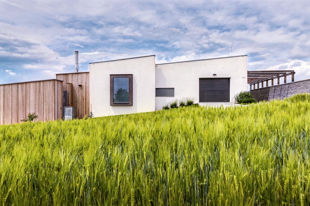 Jedním zpožadavků majitelů bylo, aby byl dům nenápadný. Toho se architektovi podařilo dosáhnout sklonem střech, které jakoby kopírují terén, takže obrazně řečeno dům teče posvahu.