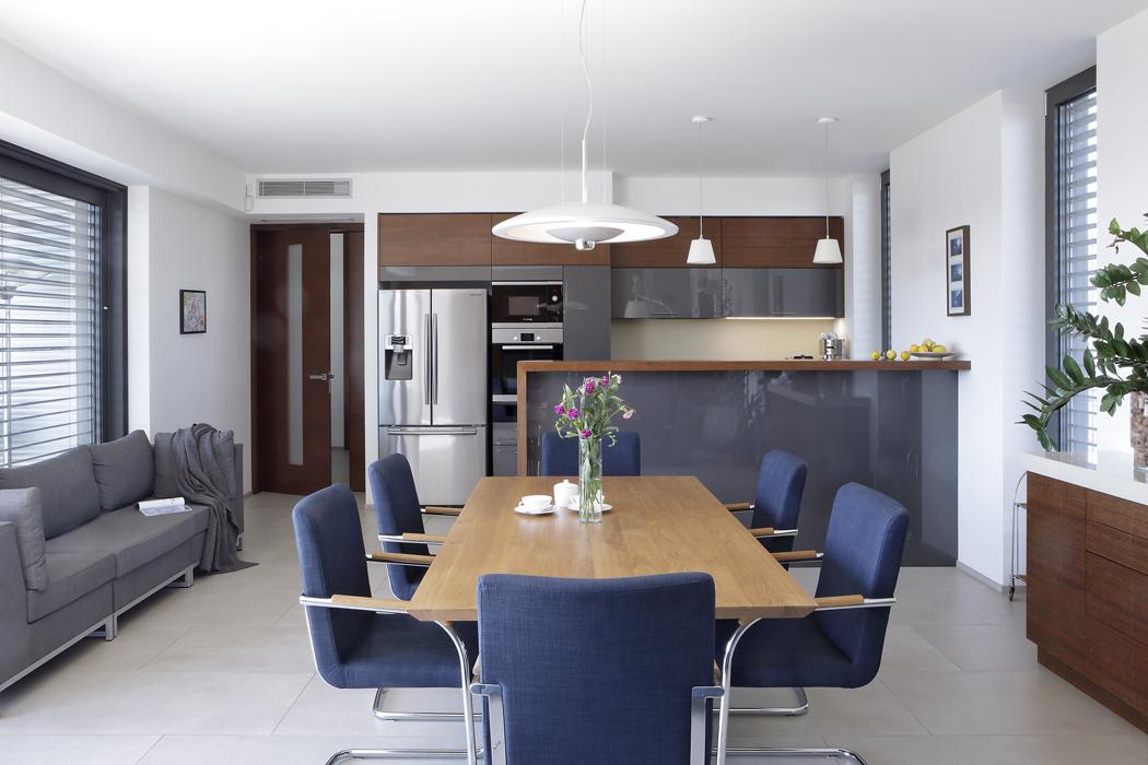 Kuchyň není příliš rozlehlá, pro potřeby obyvatel domu ale stačí. Z jedné strany je ohraničena vysokým barovým pultem, který odděluje prostor pro přípravu jídla od jídelny.