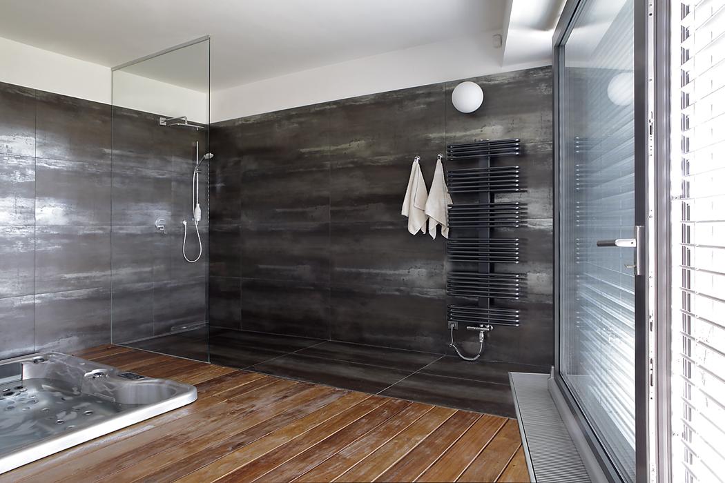 Po náročném dnu si mohou majitelé odpočinout ve vířivce nacházející se v pravém křídle domu. Místnost je obložená velkoformátovými dlaždicemi imitujícími dřevo a vybavená sprchou.