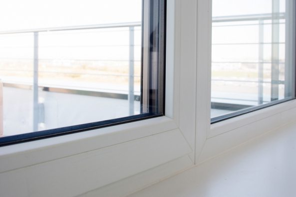 Kvalita okna se mimo jiné pozná podle jeho izolačních vlastností. Nekvalitní okna se špatnými izolačními vlastnostmi nebo těsněním se dříve či později negativně projeví na pohodlí vdomácnosti i na výdajích za vytápění. Odborníci na okna a okenní profily ze společností VEKA a OKNOTHERM určili 7 klíčových kritérií, podle kterých může každý vybrat taková okna, jež žádnou domácnost nezklamou. (Zdroj: VEKA)