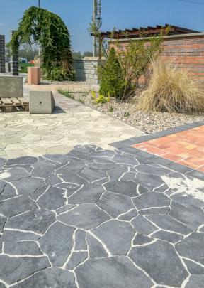 V předchozích letech si velkou oblibu získaly venkovní betonové dlažby, které svým vzhledem imitují přírodní kámen. Proto společnost PRESBETON rozšířila svoji nabídku o skladebnou dlažbu PICADO, u které budete váhat, jestli je to beton, nebo kámen. (Zdroj: PRESBETON)