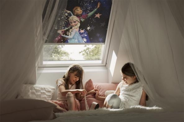 Hledáte účelné a zároveň pěkné stínění do dětského pokoje? Inspirujte se zcela zatemňujícími, pohádkovými roletami VELUX zkolekce Disney. (Zdroj: VELUX)