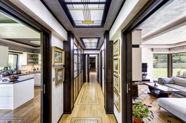 Středem domu prochází podélná chodba. Systém posuvných dveří umožňuje zajímavé průhledy, propojování či oddělování jednotlivých částí domu. Dveře dodala společnost Hanák, a.s. Interiér je zabydlen uměleckými díly a dekoracemi, lze k nim počítat i stropní svítidla v podobě vitráží. Ukázkou řemeslného umění jsou i dubové parketové podlahy s intarziemi (dodavatel Princ Parket, s.r.o.)