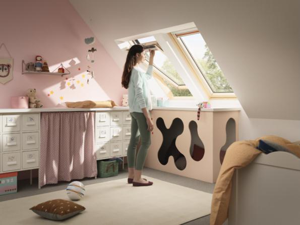 Rodiče se nemusí bát umístit do dětského pokoje střešní okna. Z kyvného okna dítě nevypadne, pro jistotu jsou však střešní okna VELUX vybavená dětskou pojistkou
