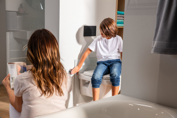 Výška WC má významný vliv na pohodlí. Dětem například více vyhovuje, když je WC níže. Předstěnový systém Viega Prevista v provedení s nastavitelnou výškou umožňuje WC keramiku posunout až o osm centimetrů nahoru nebo dolů. (Foto: Viega)