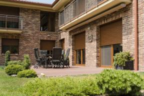 Nezáleží na tom, jestli nemovitost využíváte celoročně nebo jen sezónně. Ve všech případech můžete pomocí předokenních rolet vylepšit ochranu domu, ostatního majetku i svoji vlastní. (Zdroj: MINIROL)