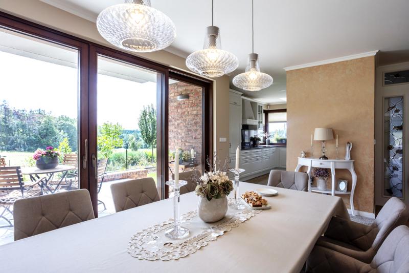 Majitelé prý na svém novém domě nejvíce oceňují výhled do zeleně v přilehlé CHKO, což platí pro jídelnu a terasu, kterou od interiéru oddělují pouze skleněné posuvné plochy