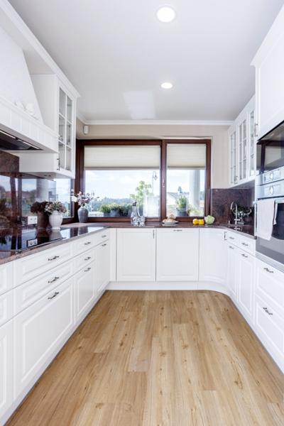 Prostor kuchyně je ze tří stran zaplněn nábytkem s úložnými prostory, spotřebiči a pracovní deskou. Také z kuchyňského okna je úžasný výhled na zalesněné kopce