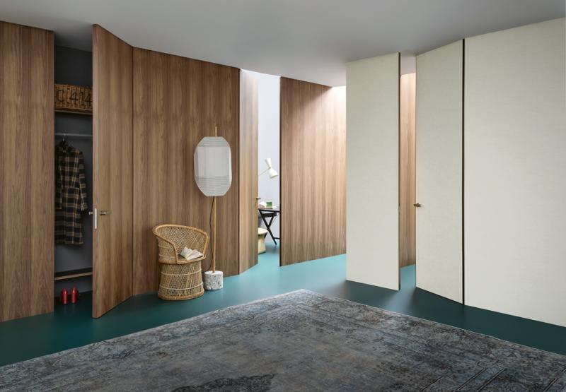 Bezzárubňové dveře se stejným povrchem jako stěna s ní napohled dokonale splynou se v jeden celek. Na fotografii je systém Lualdi Wall & Door, obsahující velkoformátové obkladové panely a integrované dveře s jednotným povrchem