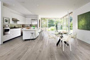 Že je dřevo krásným a univerzálním podlahovým materiálem, potvrzuje i kvalitní třívrstvá dřevěná podlaha 1 Floor z kolekce Forte, dekor dub Forte 3 (KPP)