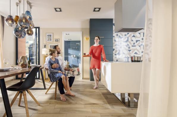 Chcete dřevěnou podlahu s vlastnostmi keramické dlažby? Společnost Rako nabízí široký sortiment dekorů včetně těch, které velmi realisticky imitují dřevěné krytiny (RAKO)