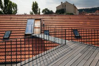 Střešní dveře Solara jsou osazené designovým celopřesahovým sklem, mají možnost plné sestavy elektroovládání včetně plně integrovaných, skrytých elektrootvíračů, senzoru vítr-déšť a bezpečnostního čidla, záložního zdroje a dalších užitečných komponentů. (Zdroj: Solara)