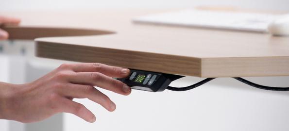 Výšku pracovního stolu lze změnit pouhým stiskem tlačítka na ovladači. Foto: HON a.s.