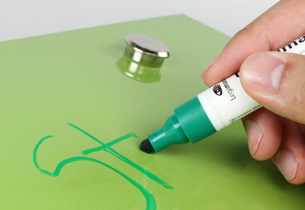 Na čelní plochy skříněk lze použít popisovací a magnetický laminát v různých barvách. Foto: Homapal