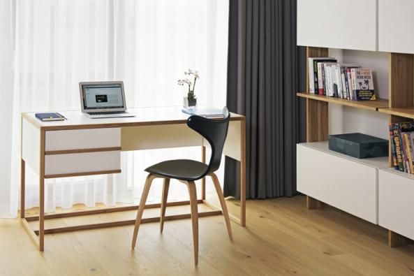 Pracovní stůl nemusí působit sterilně. Lze jej sladit se stylem ostatního nábytku. Na fotografii je stůl z kolekce Auta, nábytek Triant, design Iva Bastlová