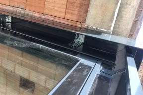 Pro montáž venkovních žaluzii se na okenních otvorech instalovaly schránky pro budoucí montáž venkovních žaluzií. (Zdroj: Wienerberger)