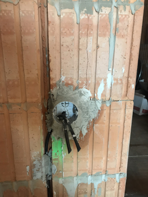 Do připravených vyfrézovaných drážek se prováděla instalace krabiček na zásuvky a vypínače, kabeláž a propojení eketrosnímačů v okenních výplních otvorů dodaných firmou ABB. (Zdroj: Wienerberger)