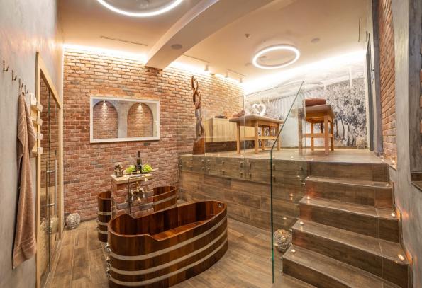 Stylová koupelna v hotelu Volarik v Mikulově má stěny obložené lícovými cihlami Retro.VB.Utah z nabídky firmy Klinker Centrum (Zdroj: Klinker)