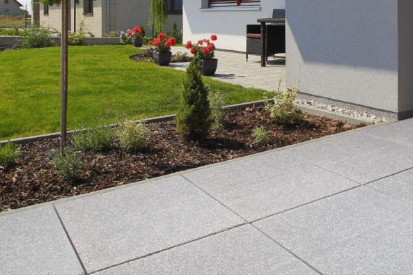 Pokud disponujete zahradou, je umístění pískoviště hračkou. Ideální by bylo, aby základem byla např. klasická dlažba na terasu, zámková dlažba nebo třeba dřevo, protože písek se jinak dostává do hlíny a zatravněného porostu zahrady. Jako ohraničení lze využít celou řadu materiálů. Osvědčené je dřevěné bednění, klasická prkna, tvárnice, plné cihly nebo otesané kameny. Pokud plánujete vytvořit pískoviště ve svahu, je vhodné využít palisády z betonu i plastu. (Zdroj: BEST)