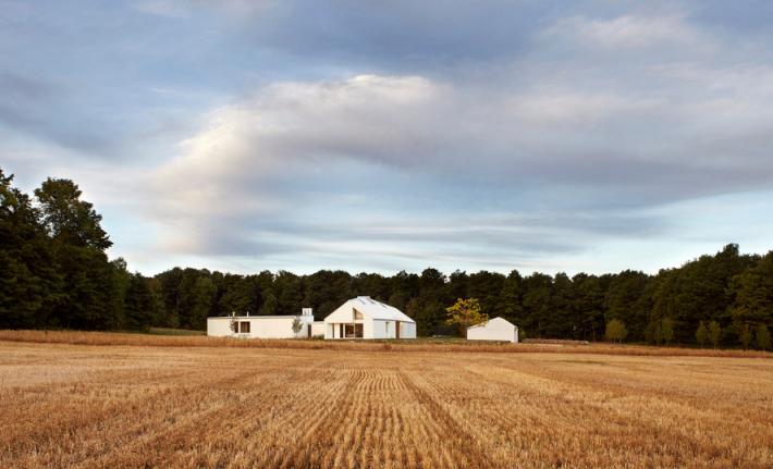 Compass House získal zlatý certifikát Leadership in Energy and Environmental Design (LEED). Tento mezinárodně uznávaný standard  se uděluje stavbám, které významným způsobem šetří životní prostředí.