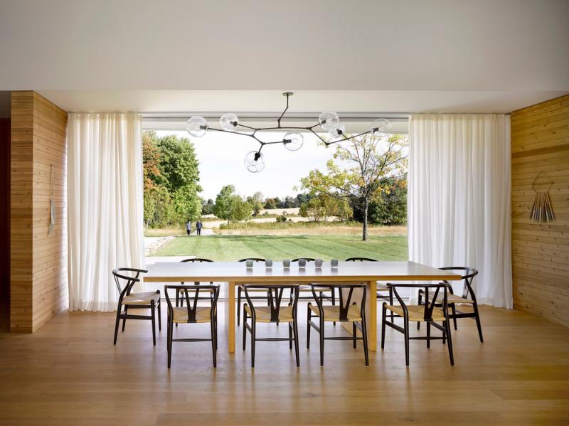 Posuvné dveře a velkorysá okna stírají předěl mezi interiérem a exteriérem.