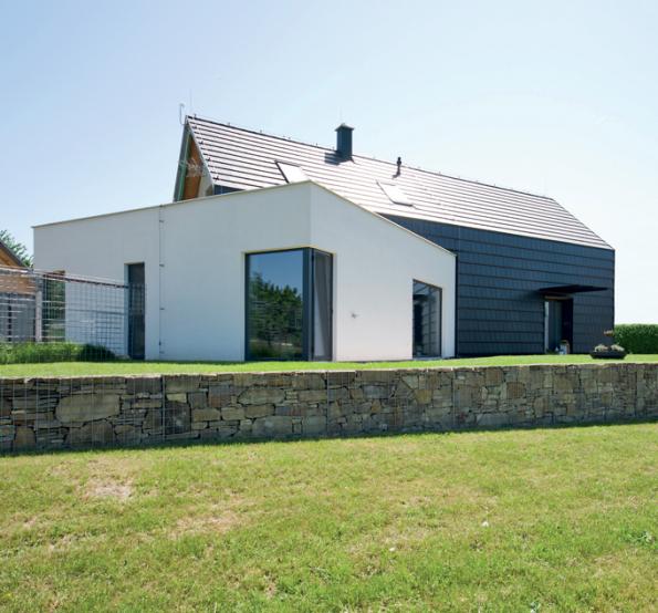 Dům má atypický půdorys dvou protínajících se obdélníků. (Zdroj: Bramac)