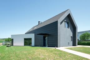 Novostavba má originální fasádu z keramických tašek. (Zdroj: Bramac)