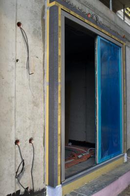 """Jestliže před deseti lety bylo vyložení okna do prostoru tepelné izolace technickou kuriozitou, dnes se ztohoto způsobu umístění otvorové výplně stala téměř rutinní záležitost. Rostoucích požadavků na efektivnější utěsnění otvorové výplně ve stavbě a co největší snížení tepelných mostů se chytla celá řada výrobců a tak vznikla různá řešení a systémy předsazených oken – od certifikovaných a laboratorně vyzkoušených až po laciné """"garážové"""" sestavy, o jejichž funkčnosti můžeme spíše pochybovat. (Zdroj: tremco illbruck s. r. o.)"""