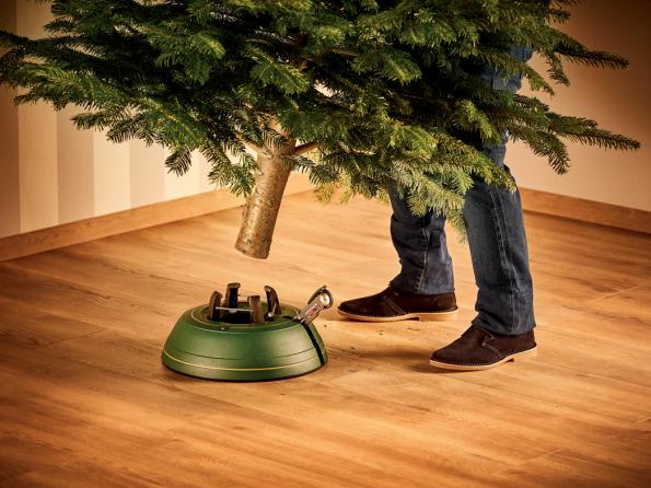 Postavení vánočního stromku (Zdroj: Hornbach)
