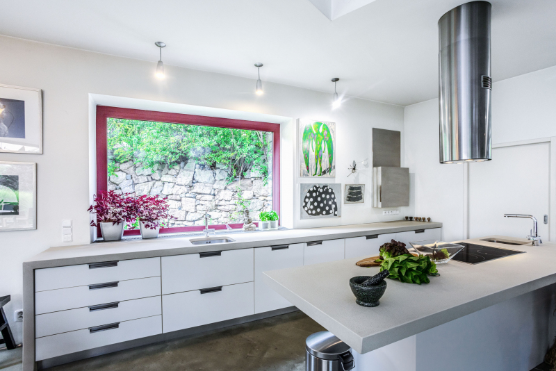 Velká komfortní kuchyň byla pro Radku Kubkovou zásadní. Zvláštností jsou dva dřezy, větší u okna a menší vedle varné desky. Ve spíži za dveřmi je schovaná lednice