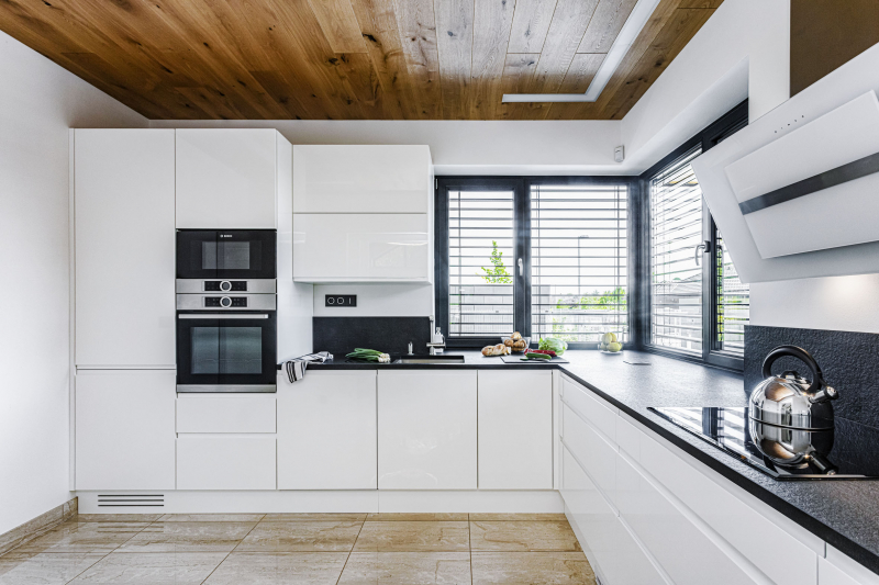 Kuchyň je zařízená zcela ve stylu 21. století. Minimalistická linka z MDF desek s vysokým leskem je praktická a dobře se na ní vaří