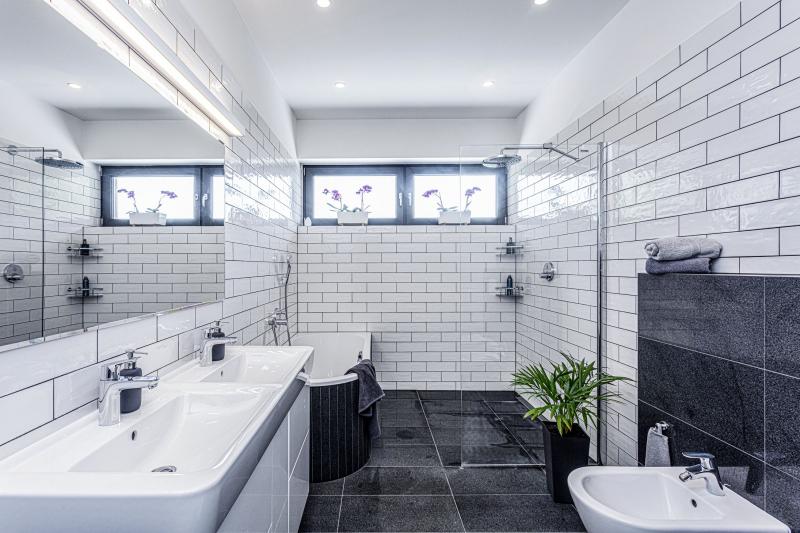 První dojem z koupelny je podobný jako i jinde v domě – zdánlivě jednoduchý, ale po podrobnějším rozhlédnutí překvapí jemností a promyšleností v kombinaci materiálů a vybavení