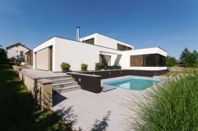 Stavbě dominují velkoformátová okna a posuvné dveře s PVC profily Eforte, které splňují normu na otvorové výplně pasivních domů