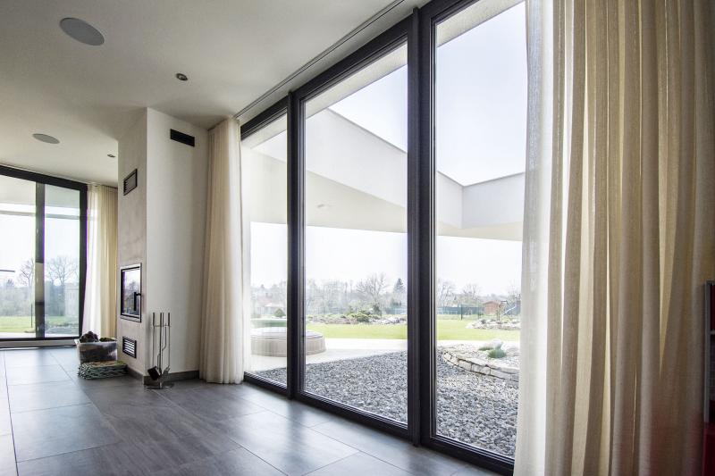 Pohled z velkých oken na zahradu potěší za každého počasí i ročního období. Průzor ve střeše terasy pak umožňuje světlu lépe vstoupit do vnitřku domu. V létě na ochranu proti prudkému slunci slouží vnitřní závěsy a venkovní markýza
