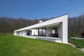 Dům trojúhelníkového tvaru s velkými okny a nevšední architekturou je chloubou majitelů i architekta. Nápadný tvar a chytrá dispozice z něj dělají moderní sídlo, které ohromí každého návštěvníka