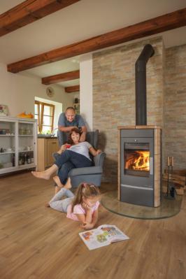 Krbová kamna jsou krásným a funkčním doplňkem interiéru. Plápolající oheň i zvuk praskajícího dřeva udělají domov domovem. Ano, i tak málo stačí. Na co si ale dát při jejich používání pozor, aby nám sloužila dlouho a nezničili jsme je? Na fotografii kamna Alytus (Zdroj: Haas+Sohn)