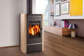 Krbová kamna jsou krásným a funkčním doplňkem interiéru. Plápolající oheň i zvuk praskajícího dřeva udělají domov domovem. Ano, i tak málo stačí. Na co si ale dát při jejich používání pozor, aby nám sloužila dlouho a nezničili jsme je? (Zdroj: Haas+Sohn)