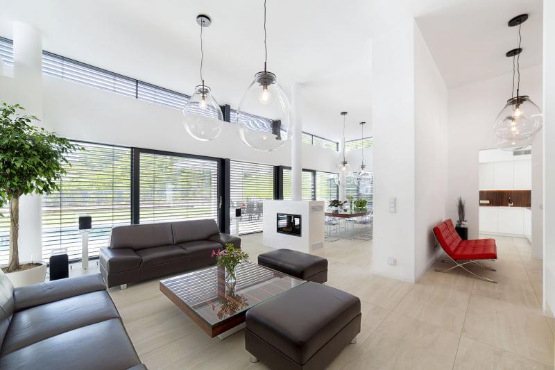 Zajímavým dispozičním prvkem je vstupní hala, která se volně prolíná s obývacím pokojem a kuchyní bez použití dveří. Křeslo Barcelona v červeném provedení prozrazuje, že vkus majitelů tíhne k funkcionalistické klasice