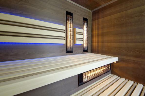 Sauna s možností výběru: buď jako infra kabina osazená širokospektrálními infrazářiči Vitae, nebo jako finská sauna (topidlo není na fotce vidět) (SAUNASYSTEM)