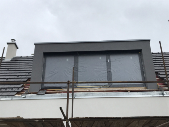 Ke konečné povrchové úpravě fasády byla použita difuzně otevřená omítka Nanopor od firmy Baumit. (Zdroj: Wienerberger)