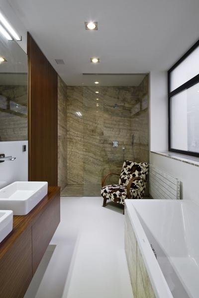 Podmanivou kresbu travertinu lze obdivovat nejen na terase a na fasádě, ale i ve sprše a na vaně v koupelně. Tím se exteriér harmonicky prolíná s interiérem