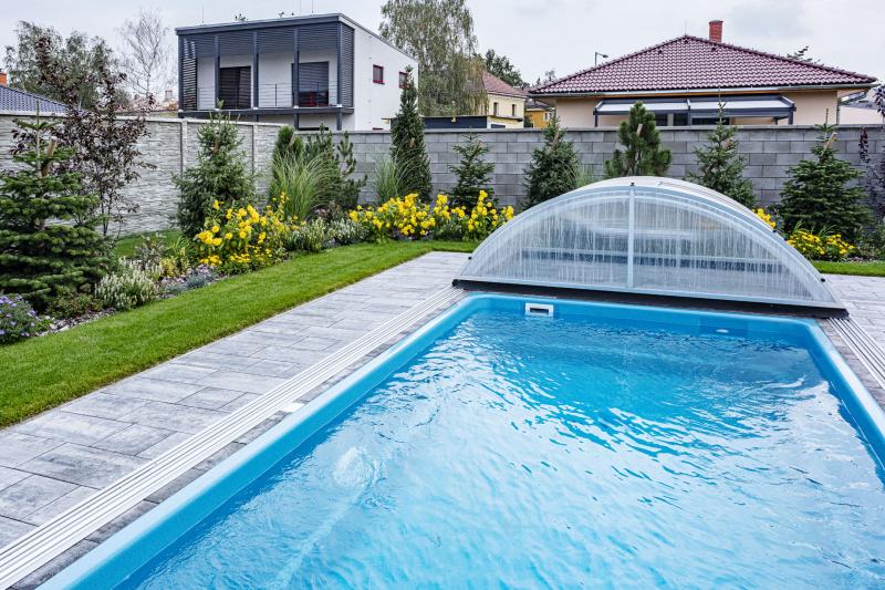 Po předávce domu majitelé realizovali šestimetrový bazén vybavený protiproudem a posuvným akrylátovým krytem. Na příjemné osvěžení a zaplavání rodině tato velikost úplně stačí. Dodala společnost Mountfield