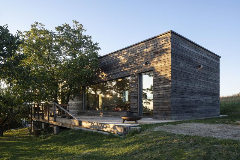 Vstupní hala tvoří mezipodestu mezi společnou obývací částí s terasou a dvěma podlažími na opačné straně domu