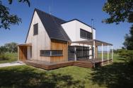 Tvar domu má jasnou koncepci: základní tradiční hmotou se sedlovou střechou prorůstá v její střední části hranol tvořící v podkroví vikýř s plochou střechou
