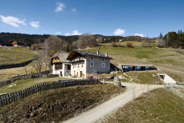 Rekonstrukci historické usedlosti Felder Hof v nádherném prostředí Jižního Tyrolska pojal architekt Pavol Mikolajcak nevšedním způsobem