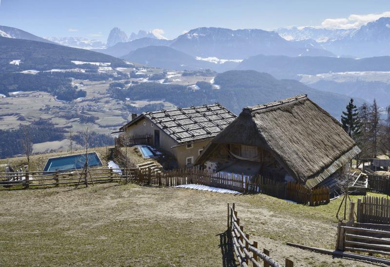 Z nadhledu vypadají prosklené stropy domu, skrytého ve svahu pod travním porostem, jako malá alpská jezírka