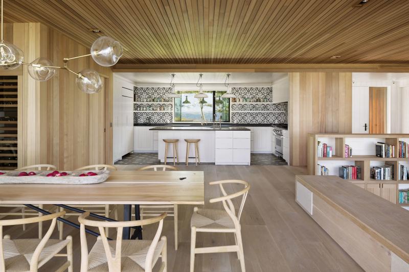 Černobílá kuchyň je koncipována jako nika ve velkém prostoru, kde dominuje dřevo. Kontrast krásně zvýrazňují retro dlaždice italské značky Apavisa